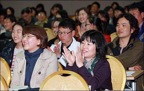 22일 저녁 제주시 상공회의소 국제회의장에서 열린 '조국-오연호의 <진보집권플랜> 북콘서트'에서 청중들이 이야기를 경청하며 박수를 치고 있다.