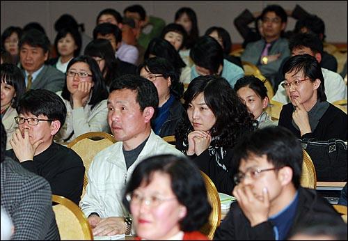 22일 저녁 제주시 상공회의소 국제회의장에서 열린 '조국-오연호의 <진보집권플랜> 북콘서트'에서 청중들이 이야기를 경청하고 있다.