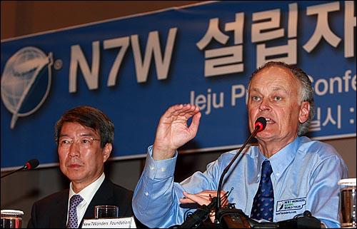 뉴세븐원더스(The New7Wonders) 설립자 버나드 웨버가 24일 오후 서귀포시 해비치호텔에서 열린 기자회견에서 기자들의 질문에 답변하고 있다.