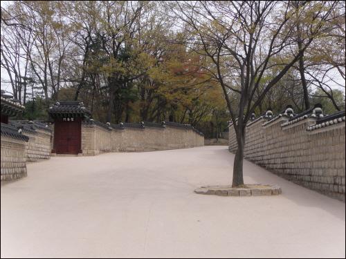 후원으로 들어가는 입구. 왼쪽 담 안은 창덕궁, 오른쪽 담 안은 창경궁.