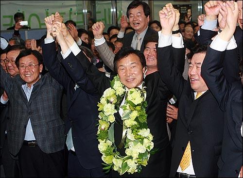 4.27 분당을 국회의원 보궐선거에서 당선된 민주당 손학규 당선자가 27일 오후 경기도 분당구 정자동 선거사무실에서 김진표, 원혜영 의원과 함께 손을 들어보이며 기뻐하고 있다.