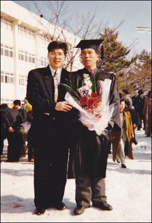 대학 졸업식날 아버지와 함께.. 1990년 대학에서 제적된 후 김영삼 정권이 들어선 1993년, '운동권 관련 제적생 복적조치'에 따라 다시 대학에 들어갔다. 그리고 이듬해 대학을 졸업하던 날 아버지에게 학사모를 씌워 드린후 기념 사진을 찍었다. 그날, 아버지는 참 기뻐하셨다.