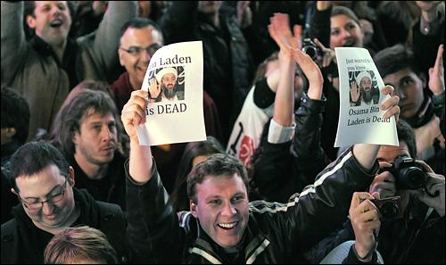 알 카에다 지도자인 오사마 빈 라덴의 사망 소식이 전해진 1일(현지시각) 밤 미국 뉴욕의 타임스 스퀘어에 사람들이 몰려와 환호하고 있다.
