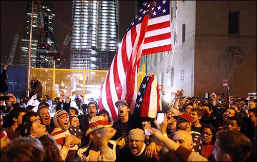 9.11 테러의 주동자인 오사마 빈 라덴이 사망했다는 소식이 전해진 가운데 그라운드 제로와 인접한 처치&베시 스트리트에서 사람들이 모여 환호하고 있다. 뒤쪽 왼쪽에서 두번째 건물이 새롭게 지어지고 있는 세계무역센터다.