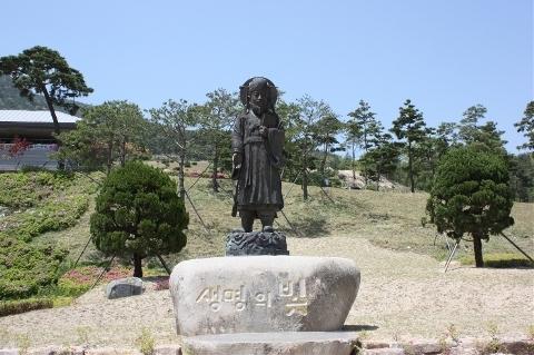 허준 선생 허준의 동상, 이웃에 류의태 선생의 동상도 있다