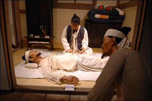 한방치료 산청한의학박물관 내부에 한방치료를 하는 모습이 전시돼 있다.