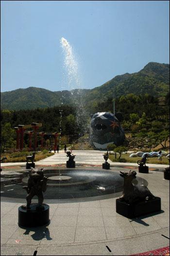 분수광장 분수광장에서 시원한 물을 뿜어내고 있다.