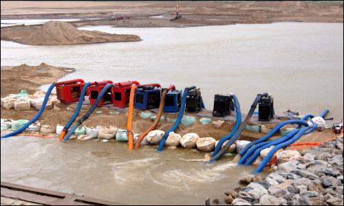 구미시 해평면 구미광역취수장의 가물막이 붕괴로 수돗물 공급이 중단되자 수자원공사가 17대의 비상 취수펌프를 동원해 물을 공급하고 있다.