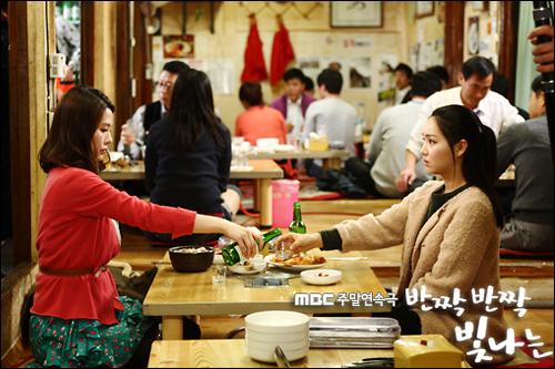출생 시 부모가 뒤바뀌었다는 설정은 드라마에도 간혹 등장한다. 사진은 MBC 드라마 <반짝반짝 빛나는>의 한 장면.