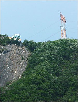 200m 절벽 위, 허공으로 11m 돌출한 병방치전망대. (2010년 6월 촬영)