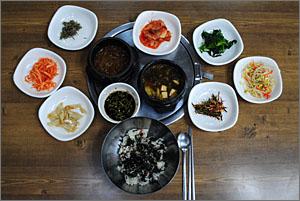 병방치전망대에 오르기 전에 먹은 점심 식사, 곤드레밥. 간장이나 강된장에 비벼 먹는 맛이 일품이다.