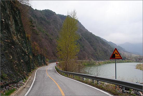 덕송리 한반도지형 외곽을 돌아가는 도로와 조양강.