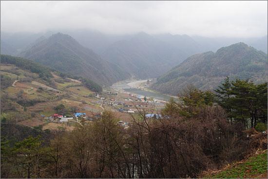 반점재에서 내려다 본 조양강. 오른쪽 높이 솟은 산이 덕송리 한반도지형.