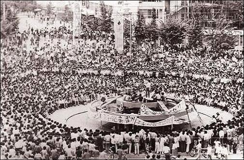 1980년 5월 22일 낮 12시 전남도청 앞 광장에서 5만 여명의 시민들이 집결해 시민궐기대회를 열고 있다. 그 광장 뒤 '별관'은 항전 마지막 날인 27일 윤상원 등 150여구의 시민군 사체가 나온 역사의 현장이다.