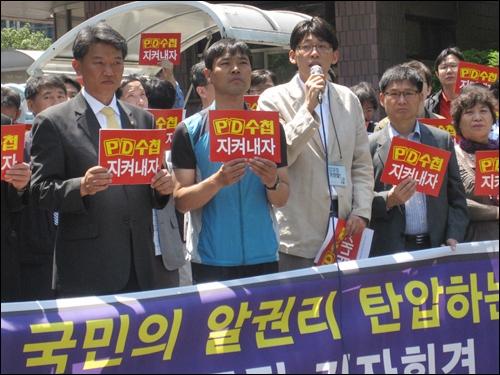 16일 MBC 정문 앞. 정영하 전국언론노조 MBC 본부 본부장이 김재철 사장을 규탄하는 발언을 하고 있다.