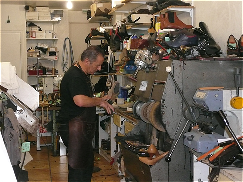 파리 2구 생 드니 거리의 구두 수선공인 미카엘씨가 열심히 일하는 모습.