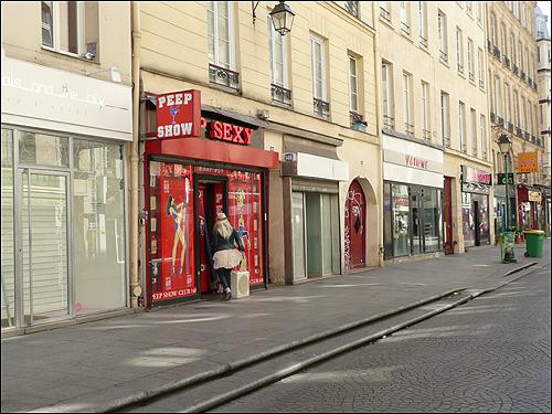 생 드니 거리에 아직도 남아 있는 섹스 숍.