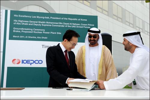 후쿠시마 사태 직후, 이명박대통령이 UAE의 원전기공식에 참석하고 있다. 이명박 정부에게 원전은 정말 포기할수 없는 달콤한 유혹의 길인가.