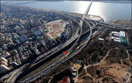 청나라에서 돌아온 공녀(환향녀)들이 몸을 씻은 홍제천. 삼각 표시(붉은 점)를 지나는 것이 홍제천이다. 서울시 성산대교 북단에 있다.