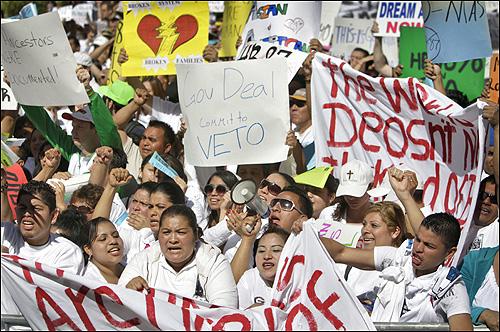 주의회 의사당 앞 시위 현장. 시위 군중의 다수는 히스패닉이다. 이들은 종종 스페인어로 구호를 외치기도 했다. 시위대에는 이민 단체, 인권 단체, 종교계 인사들과 뮤지션들도 섞여 있었는데, 이들은 반이민법이 이민자들을 범법자로 취급하게 될 것이라고 항변했다.