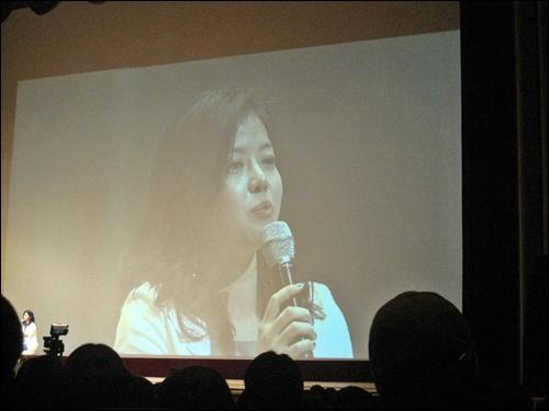 22일 경희대학교 평화의 전당에서 열린 '청춘콘서트'에서 배우 김여진씨가 조국교수와의 대담을 진행하고 있다.