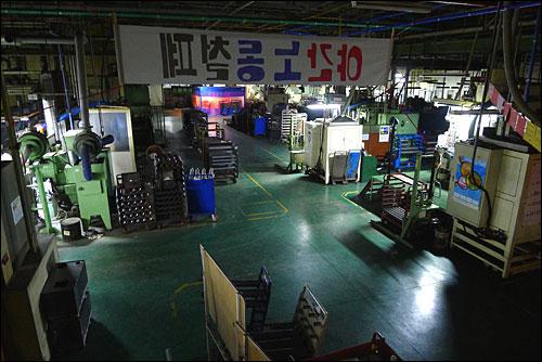 24일 오전 충남 아산시 소재 유성기업 공장 내부에는 '야간 노동 철폐'라고 쓰인 펼침막이 내걸려 있다.