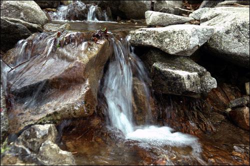 애기폭포 깊은 계곡 작은 바위 틈을 흐르는 물은 맑고 청량하기 그지없다.
