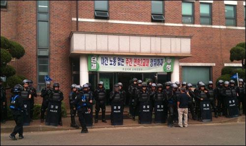 유성기업노조가 사측의 '직장폐쇄'에 맞서 사업장 점거 농성을 벌이고 있는 가운데, 24일 오후 사업장에 공권력이 투입됐다.