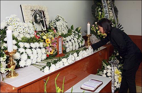 24일 오후 서울 중랑구 면목동 녹색병원 장례식장에 마련된 고 김은숙씨 빈소에서 임수경씨가 고인의 넋을 기리며 헌화를 하고 있다.