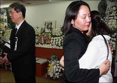24일 오후 서울 중랑구 면목동 녹색병원 장례식장에 마련된 고 김은숙씨 빈소에서 임수경씨(가운데)가 분향한 뒤 유가족을 위로하고 있다.