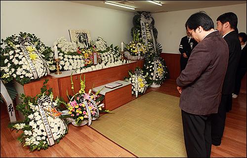 24일 오후 서울 중랑구 면목동 녹색병원 장례식장에 마련된 고 김은숙씨 빈소에서 추모객들이 고인의 넋을 기리며 묵념하고 있다.
