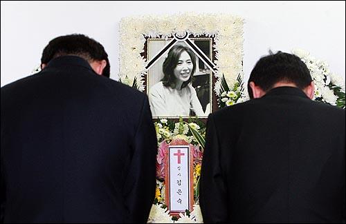 24일 오후 서울 중랑구 면목동 녹색병원 장례식장에 마련된 고 김은숙씨 빈소에서 추모객들이 고인의 넋을 기리며 분향하고 있다.