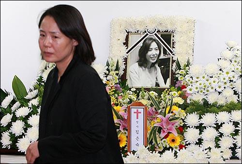 24일 오후 서울 중랑구 면목동 녹색병원 장례식장에 마련된 고 김은숙씨 빈소에서 임수경씨가 분향한 뒤 슬퍼하며 분향소를 나서고 있다.