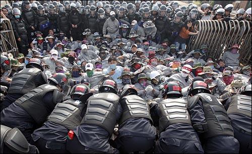 유성기업 아산공장 경찰 투입 직장폐쇄가 일주일째 지속되고 있는 유성기업 아산공장에 24일 오후 경찰이 투입돼 공장 점거 중인 노조원들을 연행하고 있다.