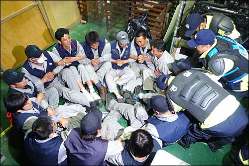 24일 오후 충남 아산시 소재 유성기업에서 경찰이 농성하던 노조원들을 연행하고 있다.