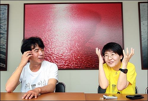 G20 정상회의 홍보 포스터에 '쥐그림'을 그린 혐의로 벌금 200만원을 선고받은 대학강사 박정수씨(왼쪽)가 25일 오전 서울 용산구 연구공간 수유+너머에서 <오마이뉴스>와의 인터뷰를 갖고 부인인 영화평론가 황진미씨와 이야기를 나누고 있다.