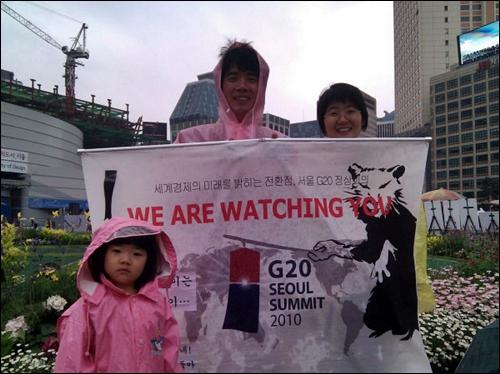 지난 23일, '쥐그림' 강사 박정수씨 부부가 노무현 대통령 추모제가 열리는 시청광장 앞에서 '쥐그림'을 들었다.