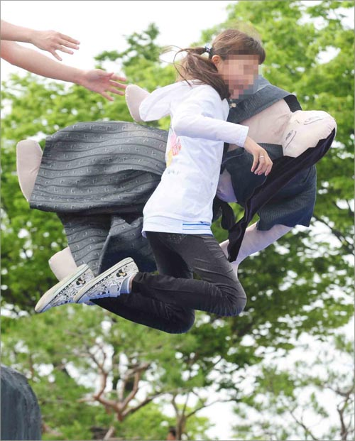 진주 논개제에서 한 어린이가 '논개 투신 체험 행사'를 하고 있다.