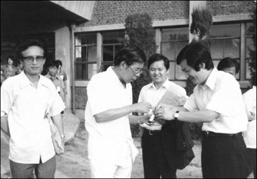 젊은 날의 추기경 지학순 주교 구속 사건부터 시작된 김수환 추기경과 인권변호사들의 동지적 관계는 70~80년대 내내 지속되었다. 왼쪽부터 송건호, 김수환, 황인철, 홍성우.