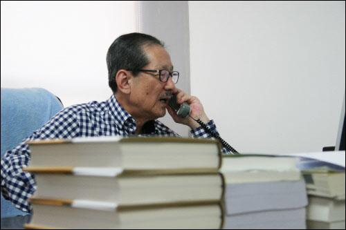 홍성우 변호사가 사무실로 걸려온 출판 축하전화를 받고 있다.