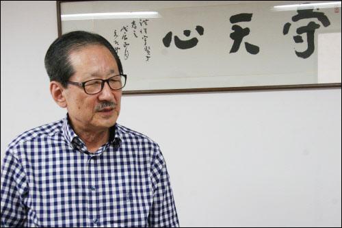 홍성우 변호사가 서울 양재동 사무실에서 장일순씨가 써준 '수천심'이란 글씨 앞에 서 있다.