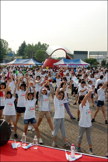 통일마라톤 출발에 앞서 준비운동하고 있는 참가자들