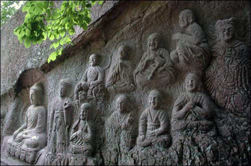 마애석불 암벽에는 16나한상이 조각돼 있다.