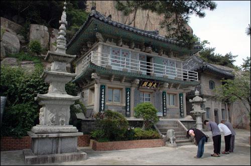 불심 서울에서 왔다는 불자가 아들의 건강과 소원을 기도하고 있다.