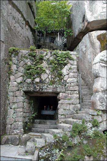 석굴법당 암벽에 있는 작은 석굴은 그 자체로도 장엄함이 넘치는 법당이기도 하다. 암굴에서 나는 송불 소리는 바깥세상을 향해 넓고도 멀리 퍼져 나갈 것이다.