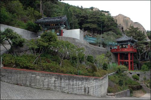 석불사 병풍처럼 펼쳐진 거대한 암석이 자리한 곳에 석불사가 자리하고 있다.