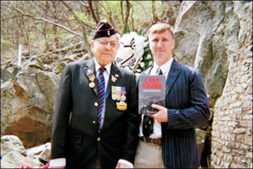 ▲ 앤드류 사몬(오른쪽)과 한국전쟁 참전용사