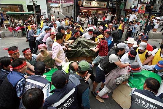 7일 오후 서울 인사동 문화의거리에서 영업을 시작하려는 노점상들을 구청 용역업체 직원들이 단속에 나서면서 아수라장이 벌어졌다. 리어카를 뺏으려는 구청 용역직원들과 뺏기지 않으려는 노점상들이 뒤엉켜 몸싸움을 벌이고 있다.