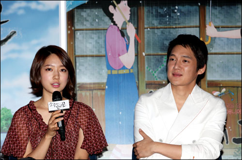 <소중한 날의 꿈>에서 각각 이랑과 철수의 목소리를 연기한 배우 박신혜와 송창의가 7일 용산 CGV에서 있었던 시사회에 참석했다.
