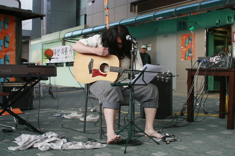 쓰레빠 음악회 사진 (11) 열혈 포크라고 불러다오~ 회기동 단편선의 공연.